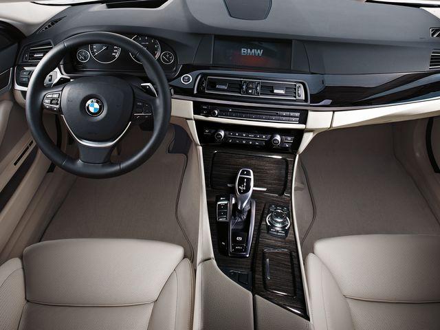 ▲外資系企業の重役用執務室のような、旧型BMW 5シリーズのコックピット。ちなみに写真はハイラインパッケージに相当する本国仕様で、Mスポーツパッケージはもう少しスポーティな方向性のデザインです