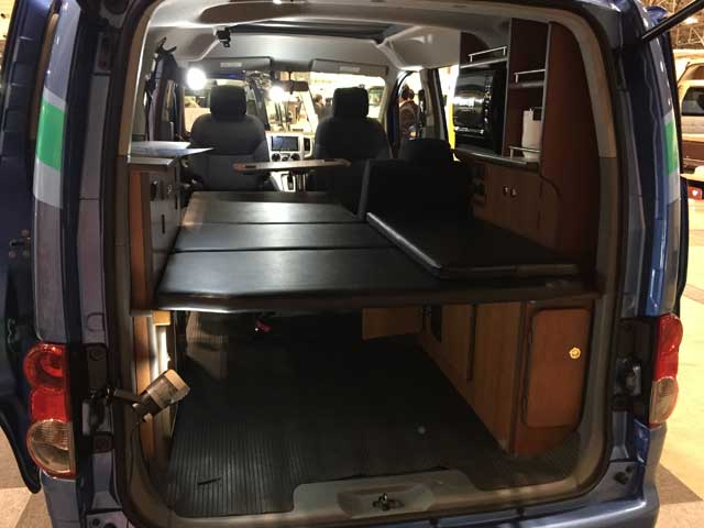 ▲荷物を置く棚もあり、電子レンジなど電気を使うことも可能。2人であれば、この車1台でそこそこ暮らせてしまうかもしれません