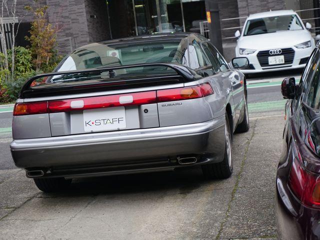 ▲たまたま向かいに止まっていた現行アウディ A3スポーツバックと一緒に写っても、オーラ的にはまったく負けていないというか何というか。90年代における自動車デザインの金字塔とすらいえそうなアルシオーネSVXである