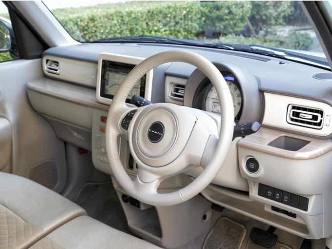 ▲インパネの木目調の棚や、シンプルで淡い色で統一された車内が落ち着きます