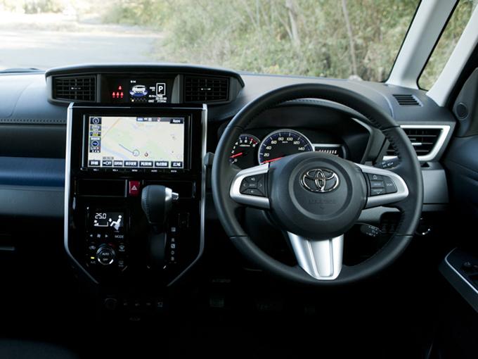 ▲9インチ画面のカーナビモニターとは別に小さなモニターが上にあり、各種情報を表示できる他、駐車時に便利な俯瞰の画面も映し出すことができるのは便利