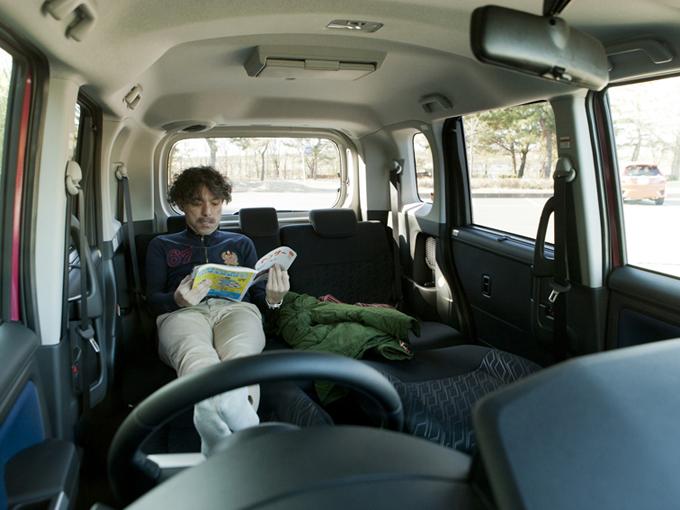 ▲フロントシートのヘッドレストを外して背もたれを倒し、リアシート座面につなげればリラックス空間の出来上がり。撮影中に思わずうたた寝してしまうくらい快適だった。これで全長3715㎜、全幅1670㎜しかないとは驚き!