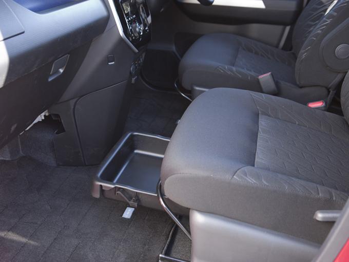 ▲助手席下には小物入れがある。女性が運転用シューズを置くのによいのでは