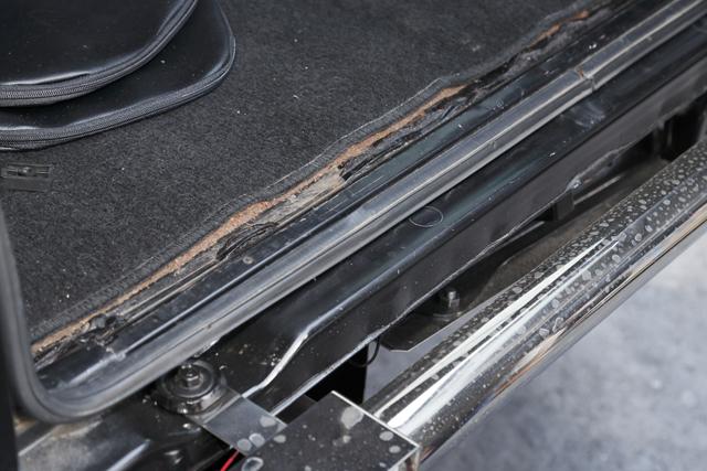 ▲リアタイヤがかきあげる水がたまるのか、荷室のふちが錆びている個体が多いといいます
