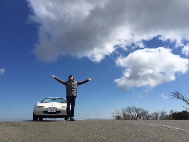 ▲箱根大観山にて、万物と中古車の神に祈りを捧げる筆者近影