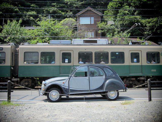 ▲フランスのシトロエンが1948年に発表した前輪駆動の乗用車、シトロエン 2CV。当時の農民のための車として「こうもり傘に4つの車輪を付けたような車」というシンプルなテーマで開発された。写真は数年前乗っていた筆者の私物。現在の中古車相場はやや高騰しており、100万~180万円付近が中心