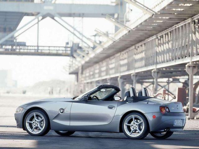 ▲それまで販売されていたBMW Z3の後継車種として03年1月に登場した旧型BMW Z4。Z3のクラシカルな雰囲気から一転してモダン系のデザインに。ルーフは手動/電動のソフトトップを採用した
