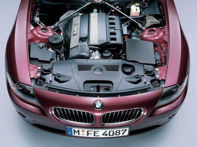 ▲2.2L/2.5L/3Lの3種類が用意されたエンジンはすべてBMW伝統の直列6気筒DOHC。現行Z4の2Lグレードは4気筒の直噴ターボエンジンに変更されたため、こちらのエンジンを懐かしむ声もある