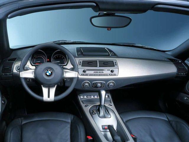 ▲写真は旧型BMW Z4前期モデルのコックピット。「絶対確実」と断言できる判別法ではないが、内装に手荒く扱われた形跡がない中古車は、前オーナーに大切にされていた可能性が高いという「傾向」はある