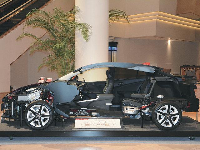 ▲愛Carには、プリウスから実用化されているTNGA Cプラットフォームが用いられる。駆動用バッテリーが搭載されるのに伴い、室内フロアとヒップポイントは、プリウスよりも高めに設定されるようだ