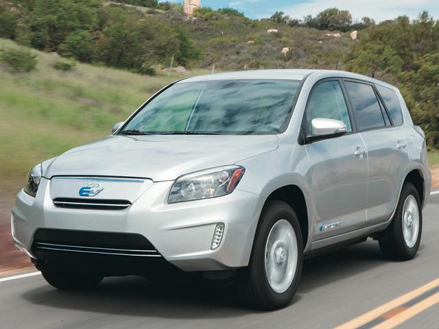 ▲写真のトヨタ RAV4 EVは、トヨタとテスラのコラボにより、作り出された北米専売EV。一充電あたりの走行距離は約150km。発売から約1年半で生産&販売は終わった