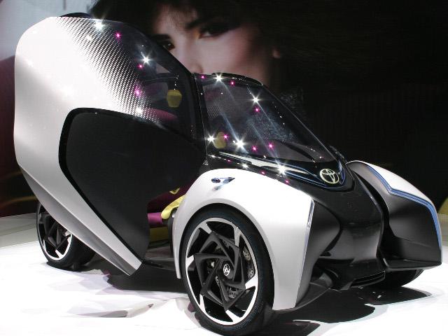 ▲トヨタは、「走る楽しさを追求する近未来の都市型モビリティ」をテーマに開発した、ドライバー1+後席2の3シーターEV、i-TRILを発表。パワートレインには、電動モーターを採用し、1回の充電で200km以上走行することが可能だという。未来の都市交通における主役となるか