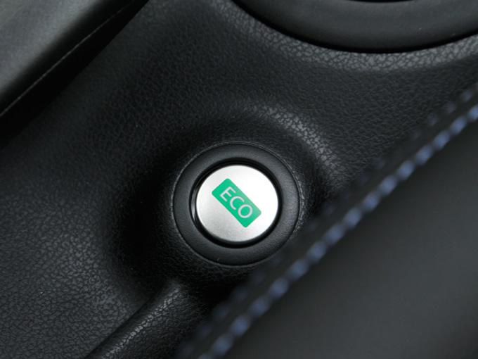 ▲HR12DDRエンジン搭載車には、実用燃費の向上に貢献する「ECOモード」機能を搭載。ECOモードスイッチをオンにすると、エンジンとCVTが協調制御し、ドライバーは特に意識しなくても低燃費走行が可能になります