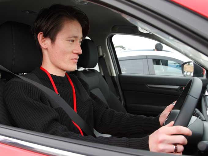 ▲普段は年式の古い車に乗っていることもあり、最新の安全技術には興味津々。普段はMT車に乗っており、運転に自信がある彼はどう感じたのだろうか?