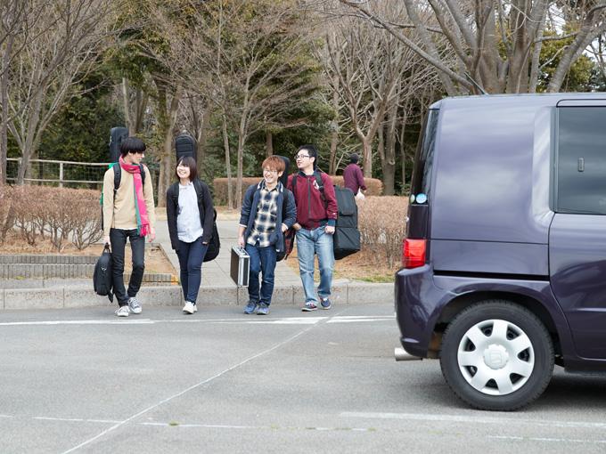 """▲機材車&オーナーはバンドの「縁の下の力持ち」!? 最年少ながら、バンドを支える""""小田ちゃん""""と愛車の周りはいつも笑顔で溢れている"""
