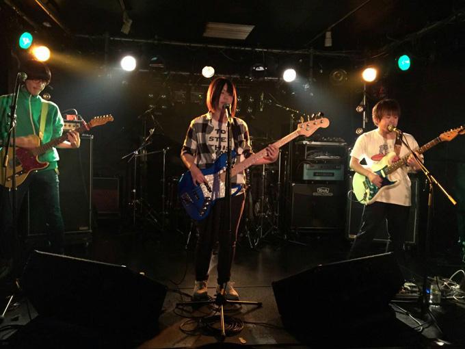 ▲バンドメンバーは、イッシー(ギター)、コバ(ギター)、たくや(ドラム)。千葉県内のライブハウスを中心に活動中!