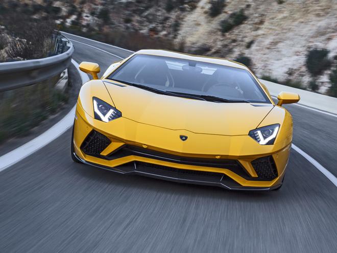 ▲アルミフレーム付きカーボンモノコックボディを採用した、V12NAを搭載したランボルギーニのフラッグシップ。エクステリアの改良により空力性能が向上、従来型からフロントのダウンフォースが130%増加した