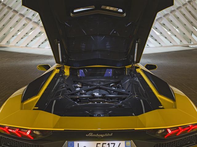 ▲6.5LのV12エンジンは従来型より最高出力を40ps向上。VVT(可変バルブタイミング)やVIS(可変インテークシステム)を改良し、より豊かなトルクカーブを実現する。0-100kmh加速は2.9秒