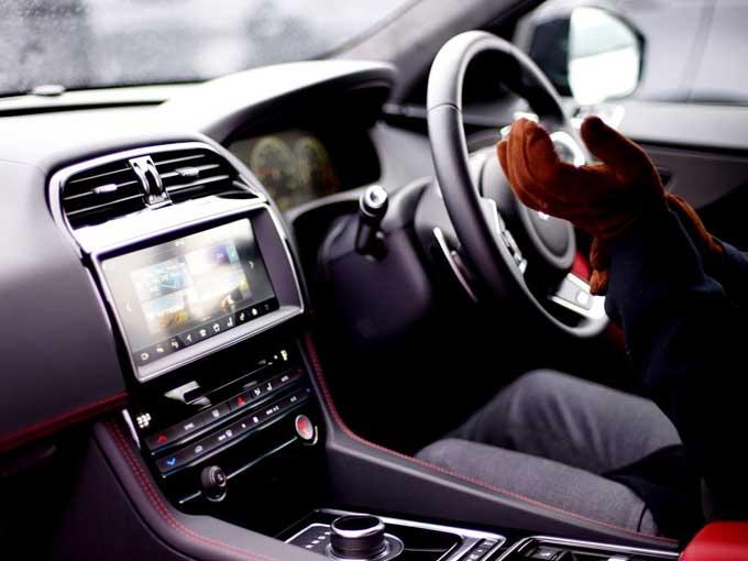 ▲Fペイスの車内の様子。無駄なものを排除しながら高級感がある作りになっているジャガーのインパネ