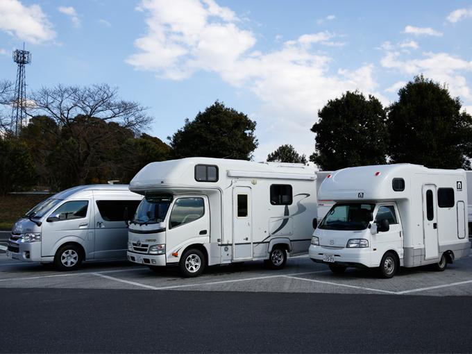 ▲キャンピングカー初心者の編集部がキャンプに挑戦。果たしてうまくいくのだろうか?(今回お借りした車両。左からフォックスDi、クレソン、アミティ)