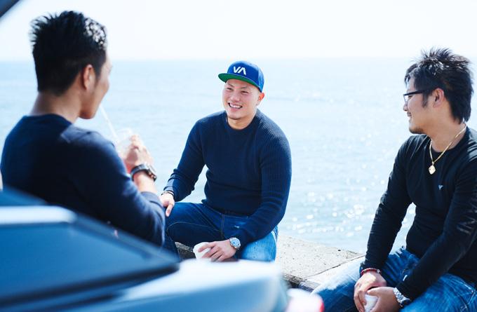 ▲最近トレーニングにハマっているというだけあって、ガッチリとした体格の小竹さん(中央)。笑顔がとっても爽やかだ。ちなみに、助手席担当は現在募集中とのこと……(笑)