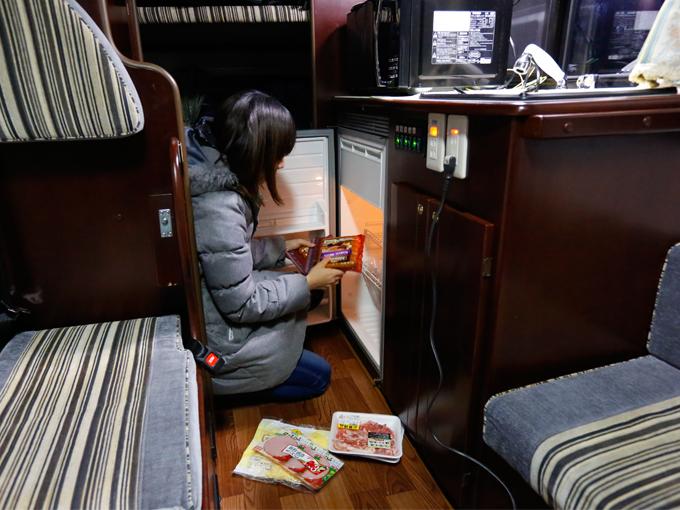 ▲買い出した食材はキャンピングカーの冷蔵庫に入れられるので衛生的。飲み物もよく冷えます