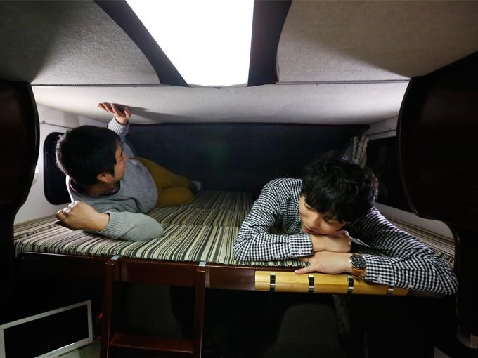 ▲運転席上部の角のようなスペース。こちらはクレソンですが、大人2人が寝転がってもゆったりとしています