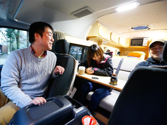 ▲ハイエースベースのフォックスDiでしばし休憩。トラックベースのクレソン、アミティと比べ、運転席から後部座席が近いので、密なコミニュケーションがとれます。