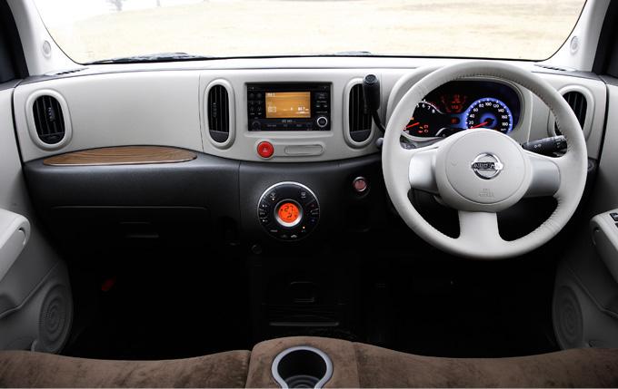 ▲現行型のインテリア。シンプルで操作性が良いデザインです。快適な乗り心地やサイドスルー性を両立するベンチシート&コラムシフトを採用しているので、助手席側から乗ってもラクに運転席へ移動できます