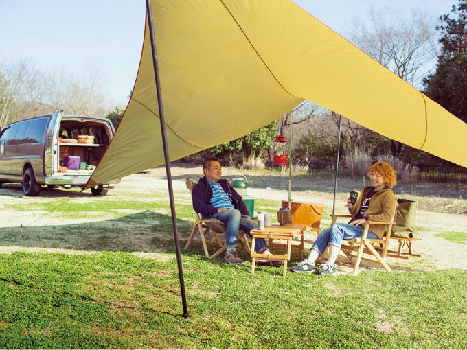 ▲茨木一綺さんは岡山県でアメリカ車専門店に勤務したのち、アウトドアから普段使いまで活用できる手作りの家具ブランド「シエルブルー」を立ち上げ、6年前に上京。家族は妻の実加さん(右)と子供が3人。キャンプだけでなくサーフィンも好きで、いずれは湘南方面へ移住したいとか