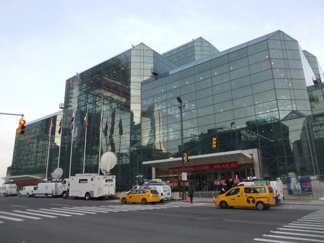 ▲ニューヨークショーが行われる、ジャビッツセンター。開場前に乗り付けた、巨大なパラボラアンテナを備えた中継車が印象的だ