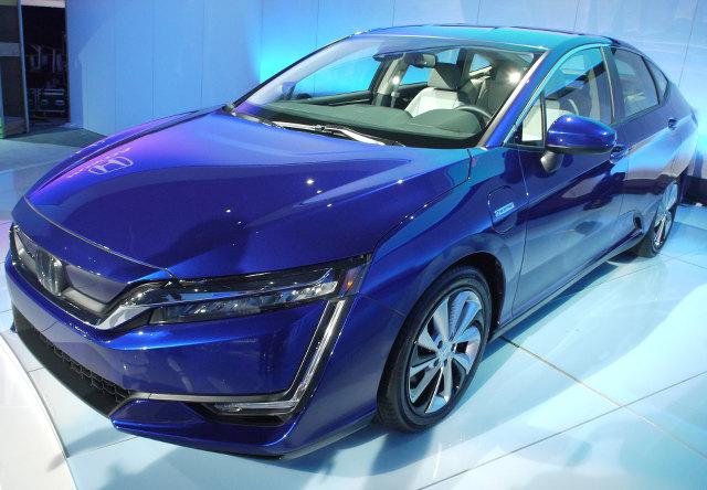 ▲ホンダの燃料電池車として、2016年3月に日本で発表された、クラリティフューエルセルと共通のプラットフォームで作られたEVモデルが、クラリティエレクトリックだ。搭載される電気モーターは、最高出力161psを発生。急速充電を使うと8割までの充電が30分で行えるとのこと