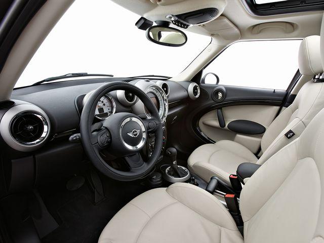 ▲旧型ミニ クロスオーバーの運転席まわり。この時代のミニ一族に共通するデザインテイストですが、クロスオーバーはアイポイントが高いため運転がしやすく、そして見晴らしというか気分も上々です