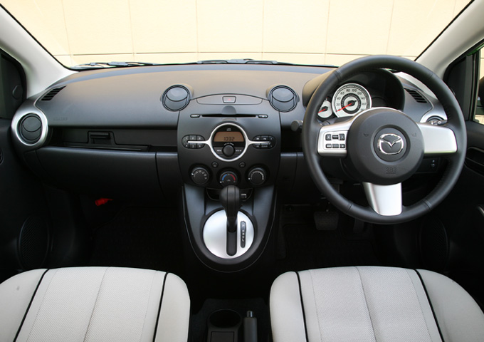 ▲旧型・運転席まわりのインテリア。決して先進的ではありませんが、シンプルで使いやすさは十分です