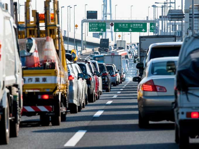 ▲ETCの整備や渋滞が顕在化している箇所での道路構造の改良、LED表示板などによる速度回復の呼びかけ、渋滞予測情報の提供など、様々な取り組みが効果を発揮。渋滞が台数・時間的に与えた影響を表す指標である「渋滞損失時間」は、2013年を境に減少傾向にある
