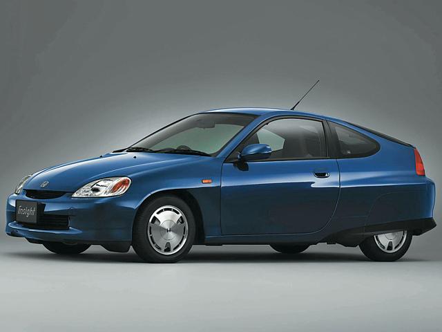 ▲当時のプリウスをしのぐ燃費性能を実現し、ガソリン車トップの燃費を掲げて1999年に登場した、ホンダ初の量産ハイブリッド車。アルミ採用の軽量骨格が用いられ、2シーターに仕立てられ車重は850kg以下に抑えられた。2006年に生産終了