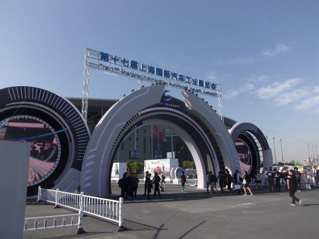 ▲上海モーターショーの会場となる、ナショナルエキシビション&コンベンションセンター。規模だけでいえば、東京モーターショーの比ではないくらい大きい。欧米車メーカーも世界最大のマーケットへのプレゼンテーションに本気だった