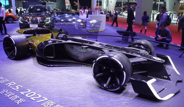 ▲ルノーがワールドプレミアモデルを出したというので、ブースへ行ってみると、そこに展示されていたのは、未来のF1マシンをイメージしたというこの、R.S.2027ビジョンだった。V6ターボハイブリッドユニットは、最高出力1300psをオーバーするとのこと