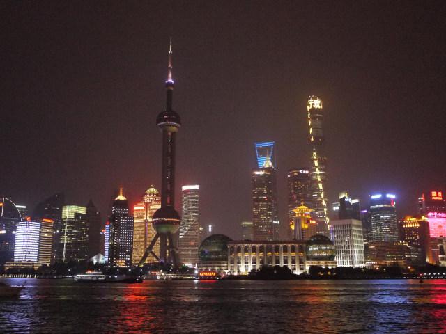▲100万ドルどころでは済みそうにない上海の夜景。日本車も走ってはいるが、ビュイックやシボレーなどGM車、中国メーカーが師匠と仰ぐフォルクスワーゲンなど、道行く車も様々なメーカーが混在している