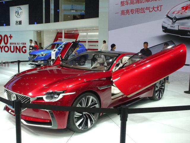 ▲古きよき、英国自動車ファンは目を細めるコンセプトが、MG E-Motionコンセプトだ。パワーユニットは、電気モーターとなる完全EVで、0-100km/h加速は4秒と俊足。今後のラインナップの方向性を示唆するモデルなのだろうか