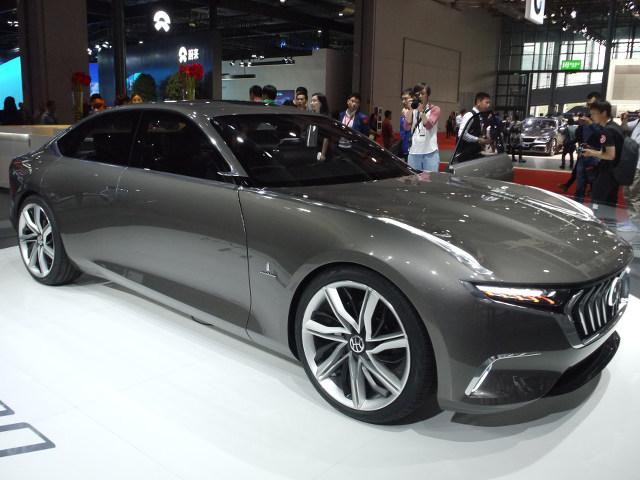 ▲香港の企業ながら、海外車扱いする地元メディアもあった、ハイブリッドキネティックグループのH600。写真ではサイズ感が伝わりづらいが、全長5m超の大型セダンで、EVカーのスタディモデル。ピニンファリーナが開発協力をしている