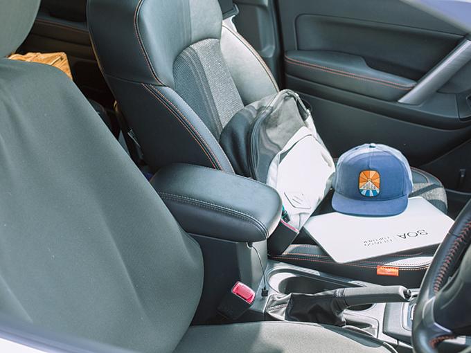 ▲ウエットスーツのまま乗れるよう、運転席にシートカバーを着用。車中で仕事をこなすためにパソコンも常備