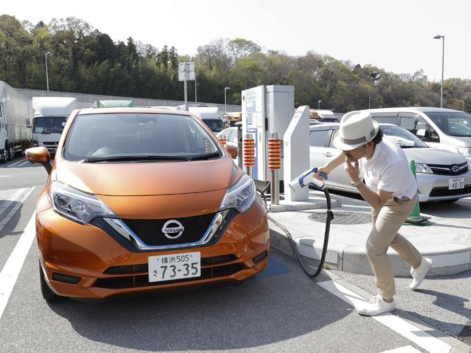 ▲高速のサービスエリアの充電区画にノートe-POWERを止め、プラグの差し込み口を探すも見当たらない……そういえばこの車は充電のいらない電気自動車だったんだ! というややわざとらしいカット。あるのはこれまでのノートと同じように給油口のみ。ガソリンでエンジンを動かして発電し、その電力で電気モーターを動かして駆動するのがこの車の仕組み