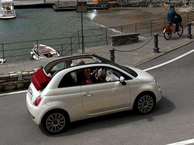 ▲小粋なデザインで人気のフィアット 500に追加されたオープンモデル、フィアット 500C。ピラー(柱)を残してルーフ前端からリアウインドウ下端までソフトトップが開く。中古車相場は90万~220万円ほどと上下に広い