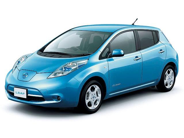 ▲ガソリンでモーターを動かすノートe-POWERとは違い、充電した電気でモーターを動かす日産 リーフ(現行型)。家や会社で充電できるならこちらもあり