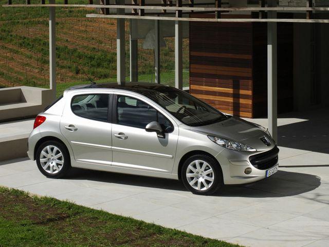 ▲流通量が多くて探しやすいのは、こちらプジョー 207。07年~12年に販売された(比較的)新しいモデルなので、昔のフランス車ならではの謎デザインではなく汎ヨーロッパ的な造形ですが、その分、いろいろな意味で扱いやすいフランス車であるとは言えるでしょう