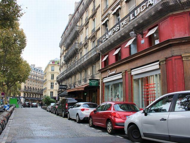 ▲写真はパリの一角。イタリアのアルファ ロメオ ジュリエッタを含む新しめのものから古いものまで、いろいろな車が止まってますが、一番手前のは左のドアが大きくへこんでますね。ホイールも黒のいわゆる鉄ちんですし。実はこんな感じの小型大衆車が数多く走っているのがパリという街です