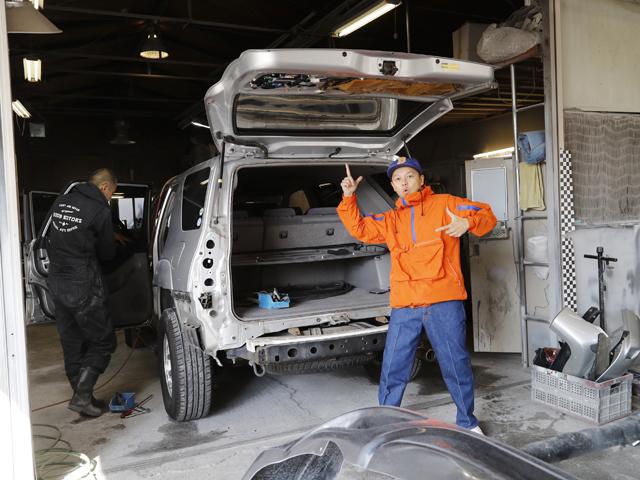 ▲お店のご厚意でカスタムカーの製作現場にお邪魔。写真はオールペンの準備に入った210系ハイラックスサーフ