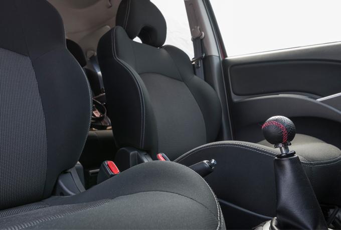▲純正のシートはフランス車っぽいふかふか感があり特にヘタリは感じられなく好印象。ただレカロシートのようなホールド感は望めない。オーナーの大脇氏はなぜかこのシートがお気に入りポイントなのだとか。こう見えてもゲトラグ製の5MTで操作感はとても良い。純正のシフトノブはランサーエボリューションと同じ本革の丸型のモノだったが、スレが激しく社外品に交換されていた