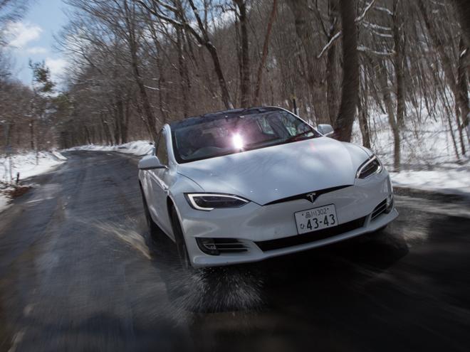 ▲ネット経由で(新機能を含む)車両のソフトウエアをダウンロードすることで、たえず最新の機能を使えるのも、テスラの魅力の1つ。アップロードにより、将来的には完全自動運転も対応する